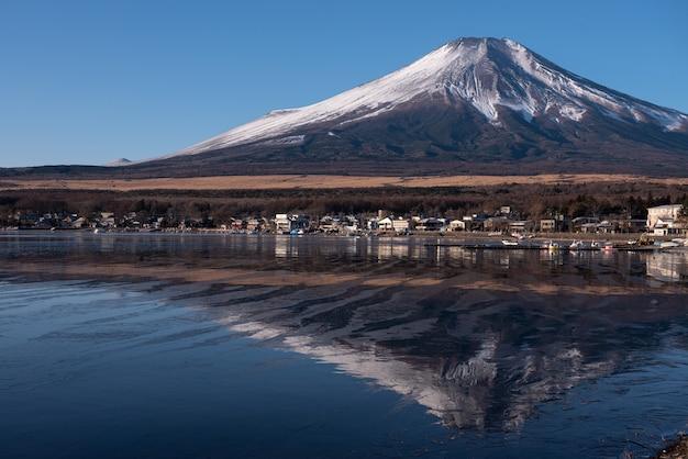Reflexión de moutain fuji con lago yamanaka en yamanashi, japón