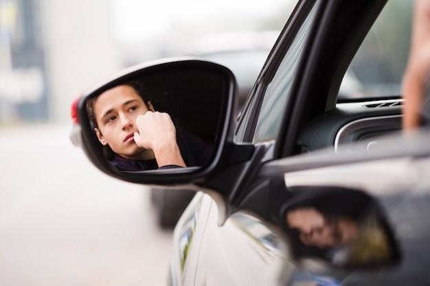 Reflexión de primer plano del hombre en el espejo