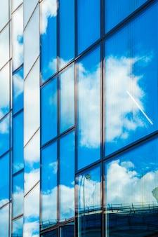 Reflexiones del cielo en la fachada de cristal del edificio.