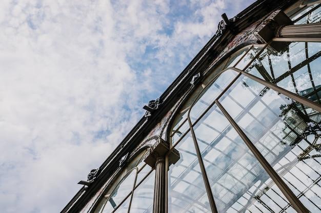 Reflexiones en los cristales de las ventanas ricamente ornamentadas del palacio de cristal de madrid.