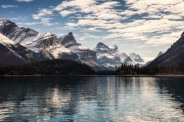 Reflexiones de las montañas rocosas canadienses en el estanque de cuña en la mañana