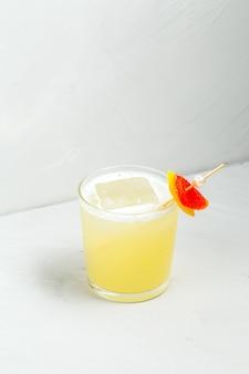 Refrescante cóctel agrio de frutas en un vaso