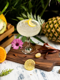 Refrescante cóctel alcohólico de verano, margarita con hielo picado y cítricos.