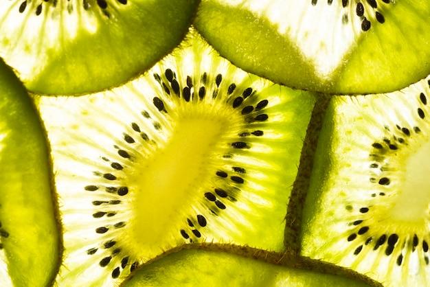 Refrescante corte rebanadas de kiwi.