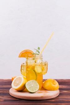Refrescante limonada en tarro retro.