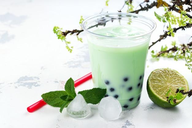 Refrescante té casero de burbujas heladas con perlas de tapioca