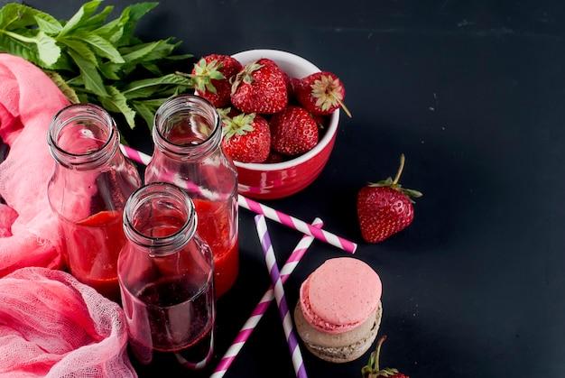 Refrescantes batidos de fresa y arándanos.