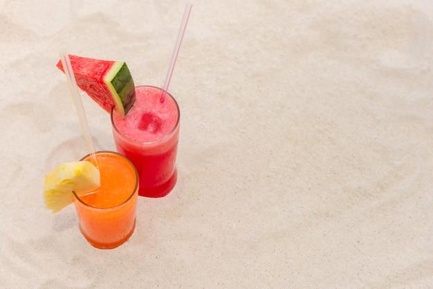Refrescantes bebidas de batidos de frutas para el verano en la playa.