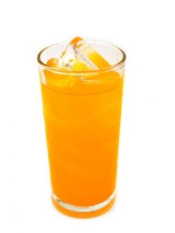 Refresco de naranja con hielo en vaso sobre fondo blanco.