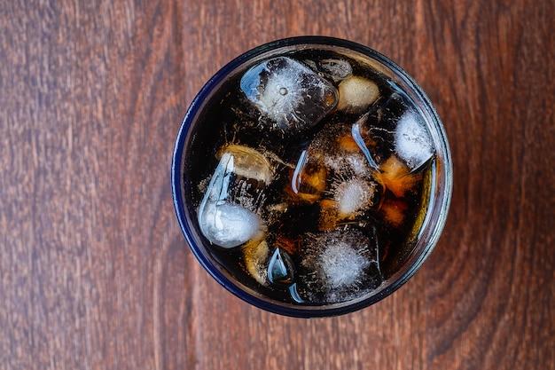 Refresco negro refrescante en la mesa