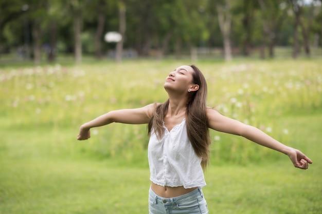 Refresco de niña feliz en el parque de verano