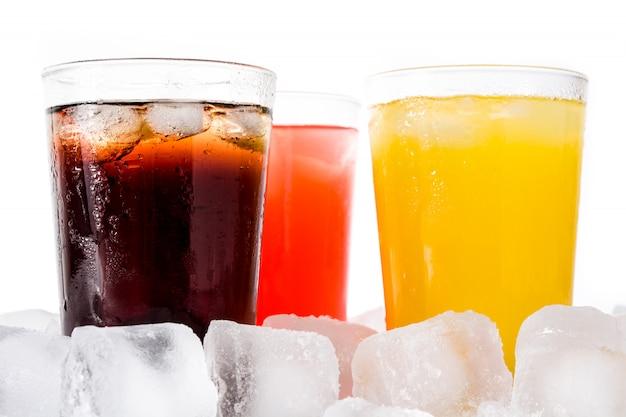 Refrescos coloridos para el verano con cubitos de hielo en blanco