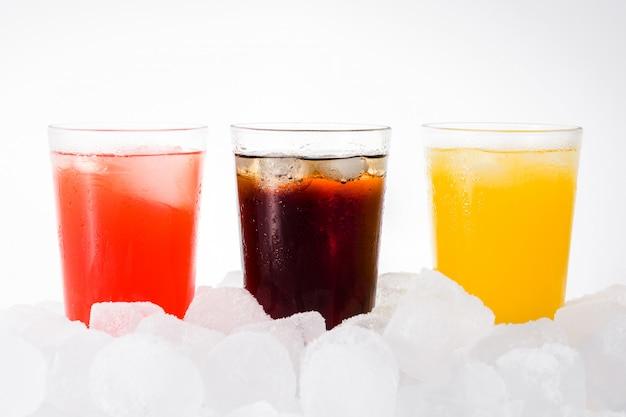 Refrescos coloridos para el verano con cubitos de hielo,