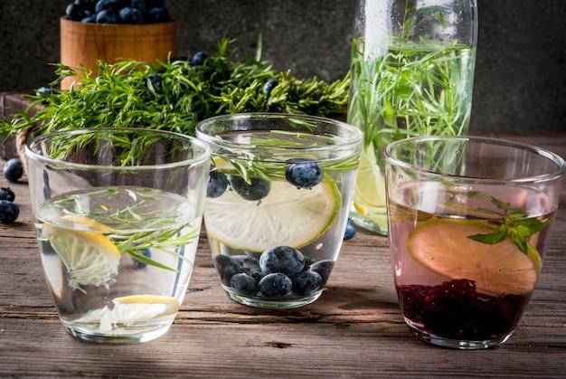 Refrescos de verano bebidas dietéticas. aguas de desintoxicación infundidas en diferentes vasos.