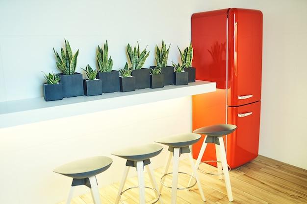 Refrigerador rojo en el interior sobre un fondo blanco.