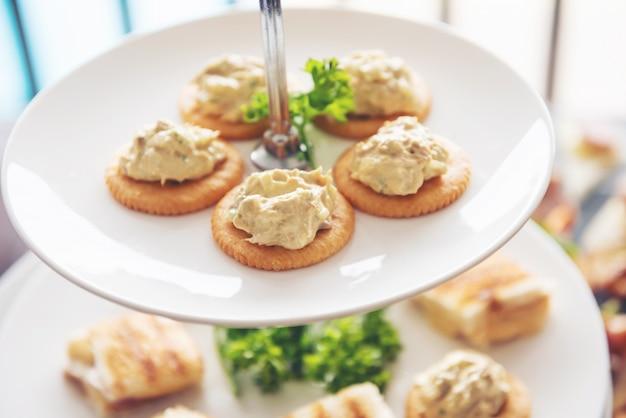 Refrigerio galletas saladas en platos blancos