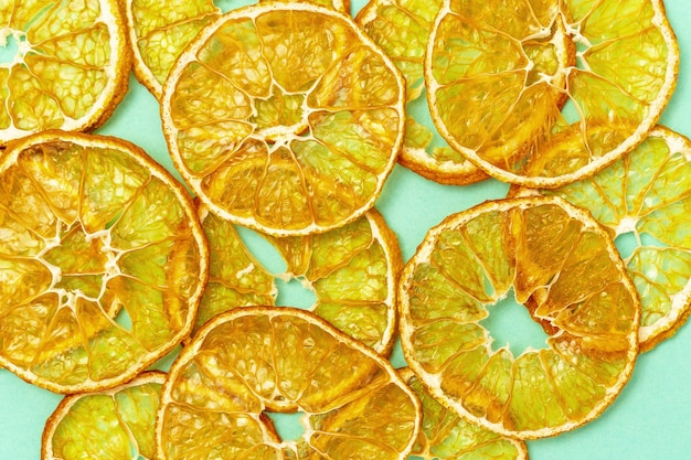 Refrigerio saludable. chips de fruta deshidratada casera de mandarina.