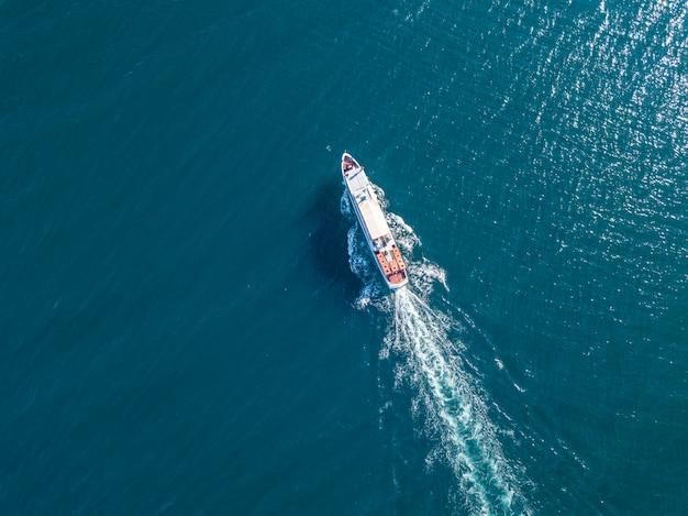 Refugiados inmigrantes en el barco de ferry vista aérea en el concepto de mar