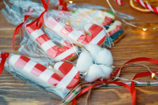 Regalo de año nuevo. galletas de navidad en el fondo de madera