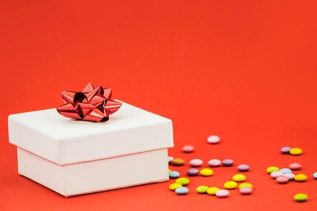 Regalo de cumpleaños con fondo de color