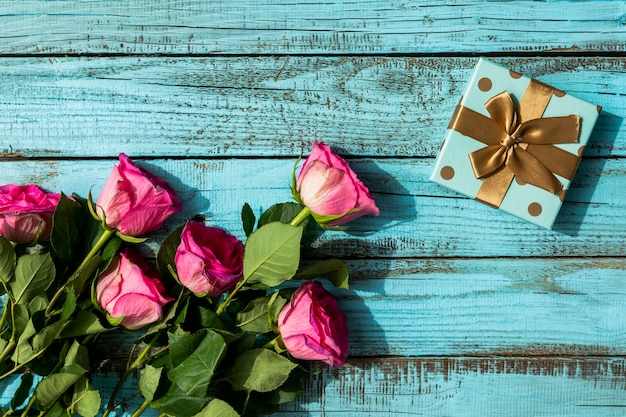 Regalo de cumpleaños y ramo de flores.