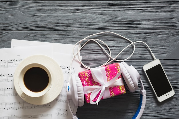 Regalo, dispositivos, café y notas