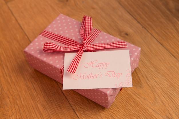 Regalo envuelto rosa con tarjeta del día de las madres