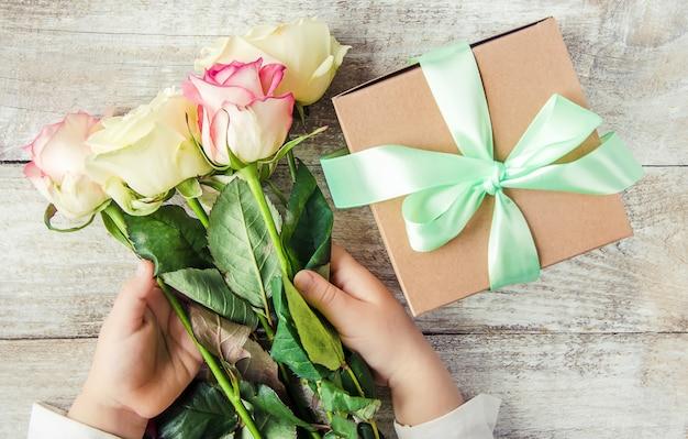 Regalo y flores. enfoque selectivo holideys y eventos.