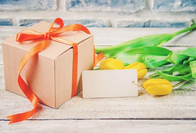 Regalo y flores. enfoque selectivo