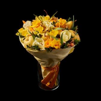 Regalo en forma de ramo de flores amarillas, manzanas maduras y peras
