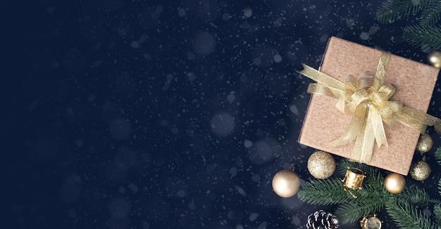 Regalo de navidad, caja de regalo y decoraciones navideñas