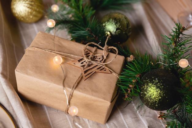 Regalo de navidad embalado en caja y decoración.