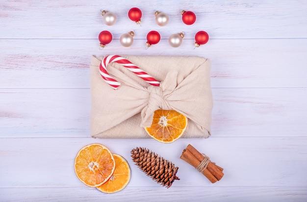 Regalo de navidad en embalaje furoshiki. cero residuos, vacaciones de navidad ecológicas, concepto de decoración.