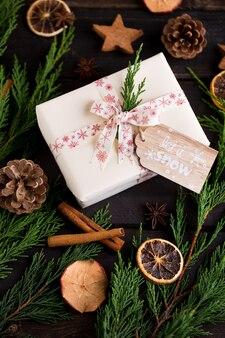 Regalo de navidad en el fondo de madera antiguo.