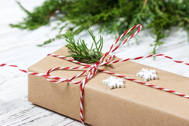 Regalo de navidad o caja de regalo envuelta en papel kraft con decoración