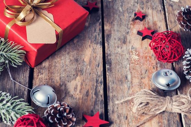 Regalo de navidad rojo con lazo dorado en la oscuridad