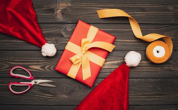 Regalo de navidad con sombrero y cinta