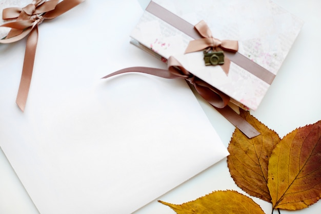 Regalo de otoño en papel artesanal y hojas secas