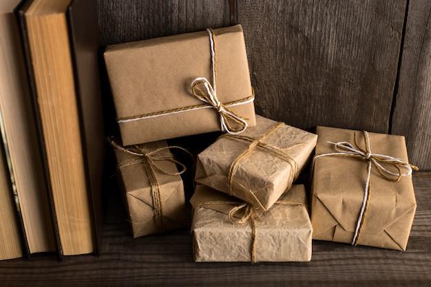 Un regalo de papel artesanal en una estantería de madera vieja.