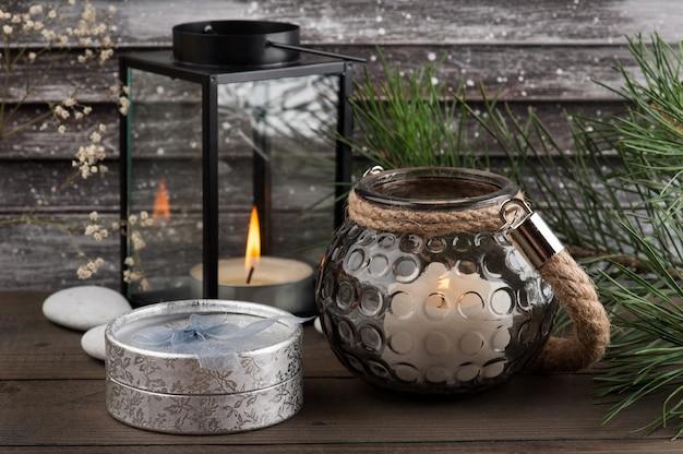Regalo de plata con velas, persianas vintage