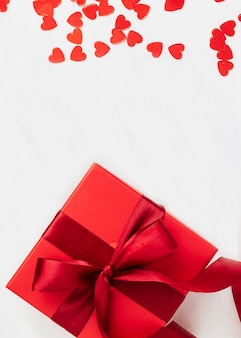 Regalo rojo con un papel tapiz de lazo