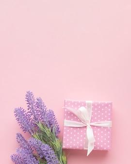 Regalo rosa con lavanda y copia espacio