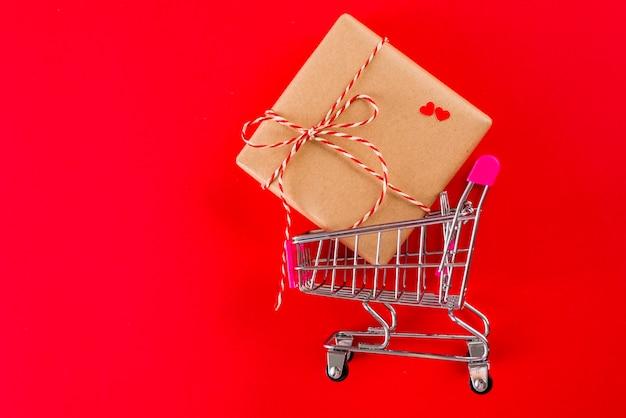 Regalo de san valentín en carrito de compras de juguetes.