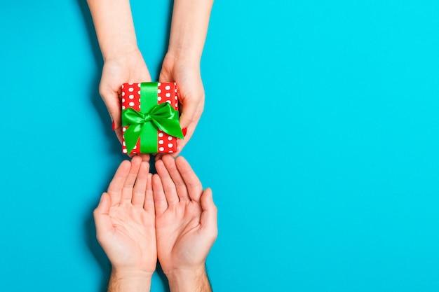 Regalo de san valentín en decoración navideña, copyspace
