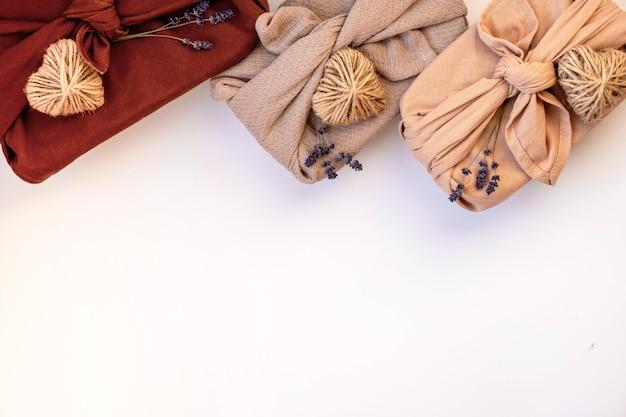 Regalo de san valentín empaquetado en estilo furoshiki. concepto de san valentín sin residuos