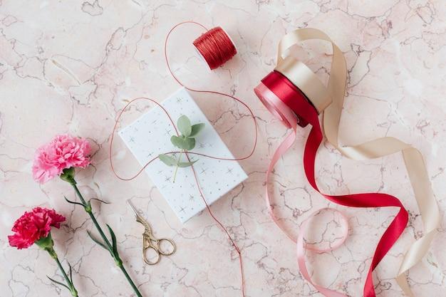 Regalo sorpresa de san valentín en una mesa de mármol rosa