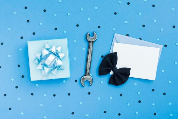 Regalo y tarjeta de felicitación