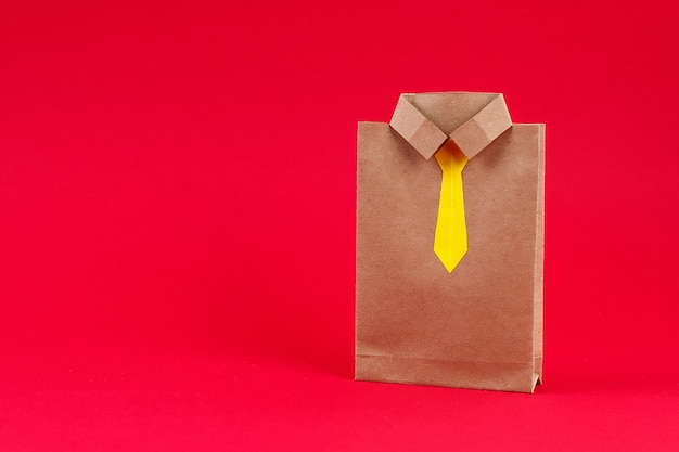 Regalos artesanales para el día del padre en forma de camisa y corbata. un regalo para el día del padre.
