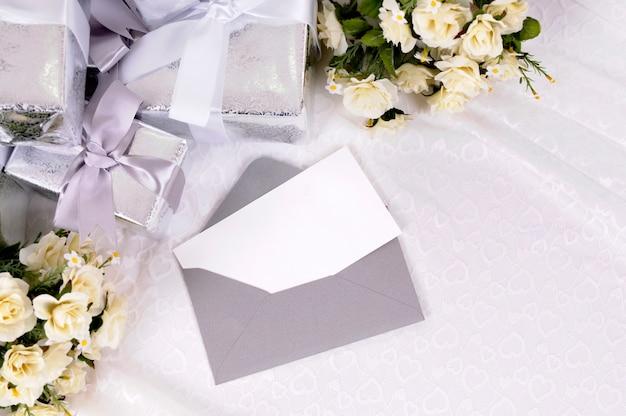 Regalos de boda con invitación o tarjeta de agradecimiento