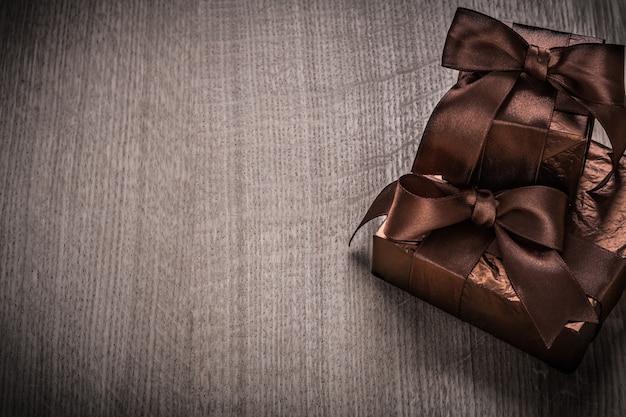 Regalos en caja en papel brillante con cintas marrones concepto de celebración
